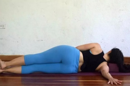 五组瑜伽动作缓解小腹胀痛,女性勤于练习放心当吃货