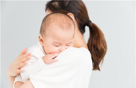 婴儿吃奶老是吐奶怎么回事