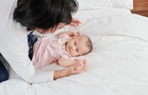 新生儿抱着睡放下醒,是妈妈不会哄睡